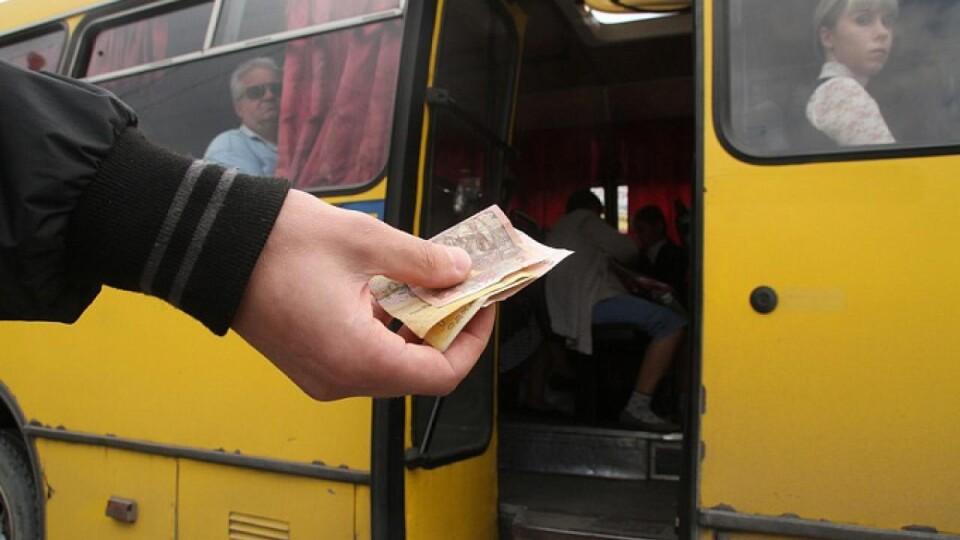 Просять збільшити вартість проїзду у луцьких маршрутках для тих, хто платить готівкою. Петиція