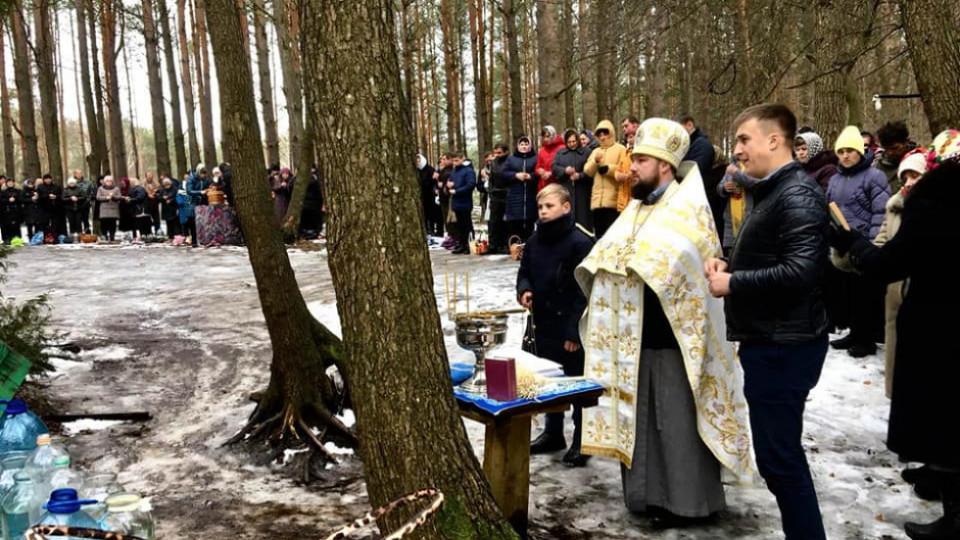 На Волині у лісі освятили воду. ФОТО