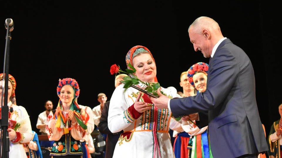 Савченко нагородив артисток волинського народного хору. ФОТО