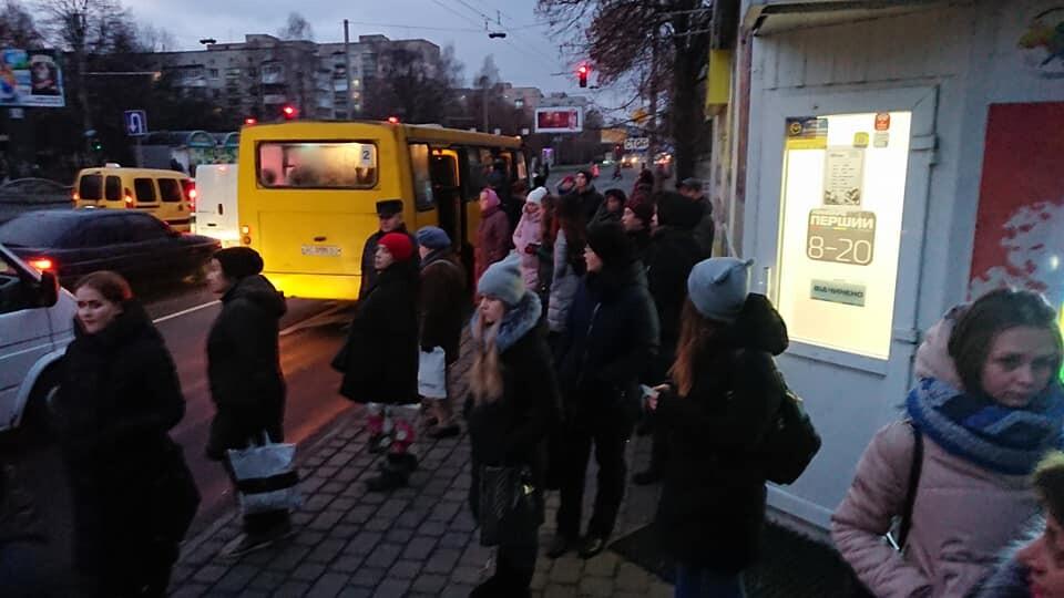Транспорт – переповнений, на зупинках – натовпи. Ранок 11 грудня у Луцьку