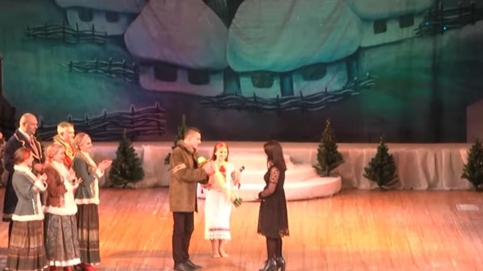 Романтична «Коляда»: лучанин освідчився дівчині прямо під час різдвяного концерту. ВІДЕО