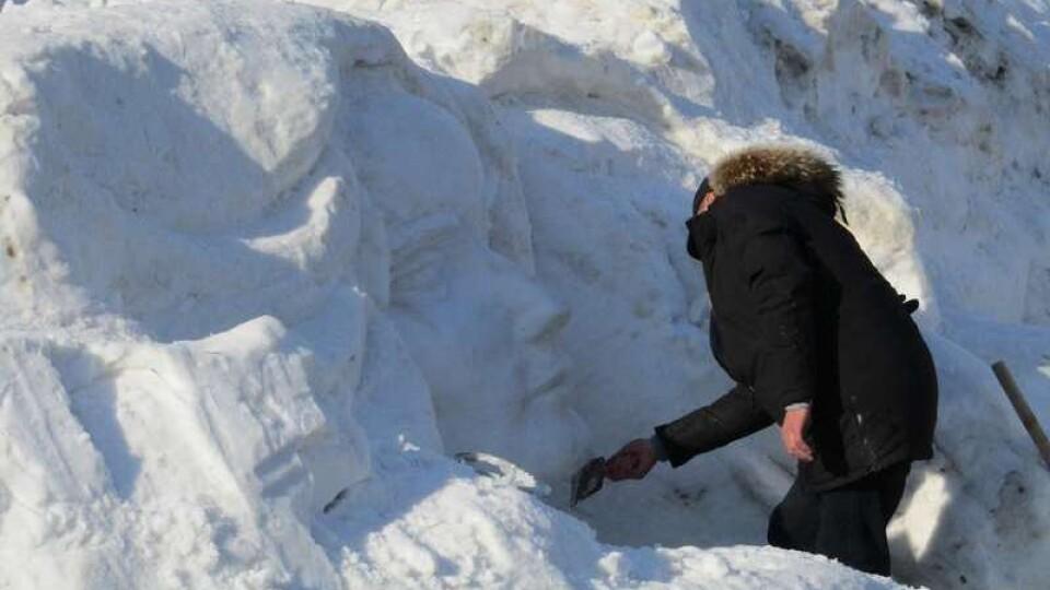 У центрі Луцька скульптор створює образ Лесі Українки на кучугурі снігу