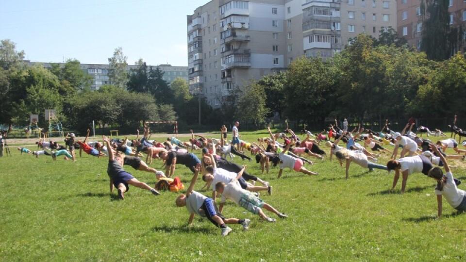 «Ранковій гімнастиці для всіх» – три роки. Лучан запрошують прийти на спортмайданчик