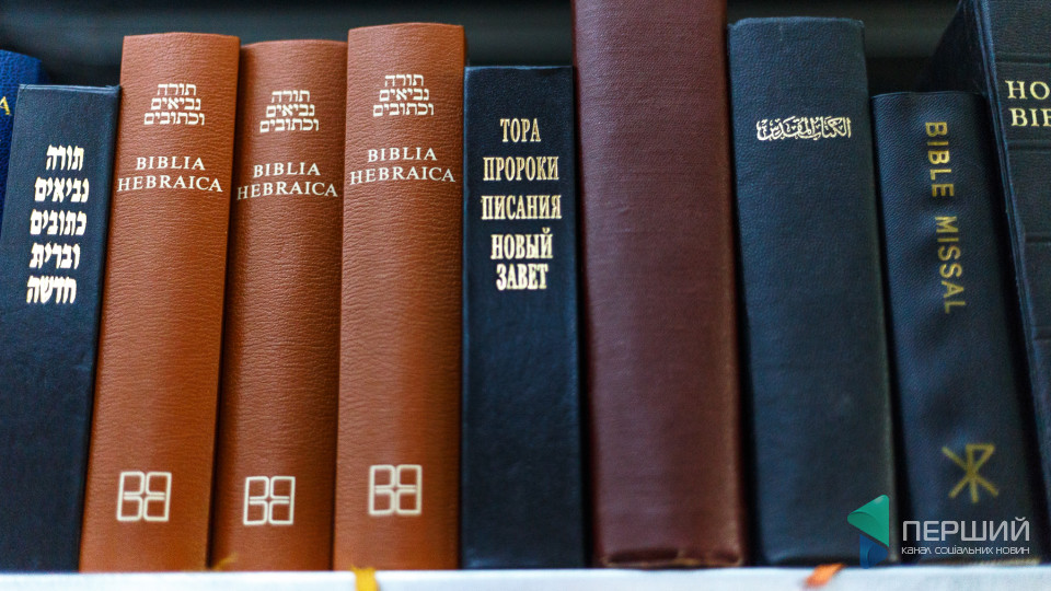 Столітні книги та рухливі стелажі: у Луцьку є унікальна бібліотека. ФОТО