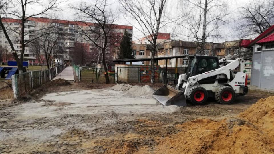 У Луцьку взялися ремонтувати  двори і пішохідні доріжки. ФОТО