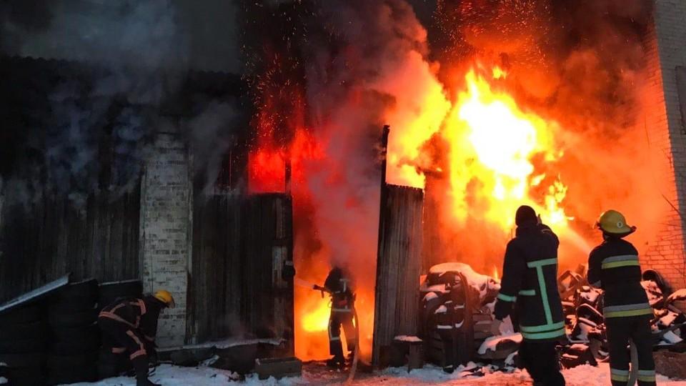 У Луцьку згоріли цегляні гаражі. ФОТО