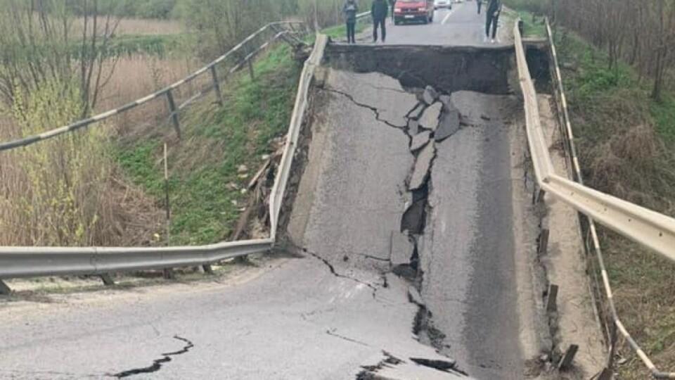 Зруйнований міст на трасі Луцьк-Львів вантажівки і легковики об'їжджають різними шляхами. Схема