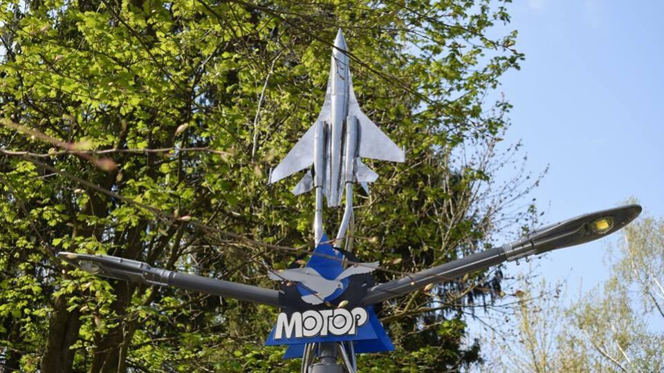 У Центральному парку Луцька поставили ліхтар з літаком