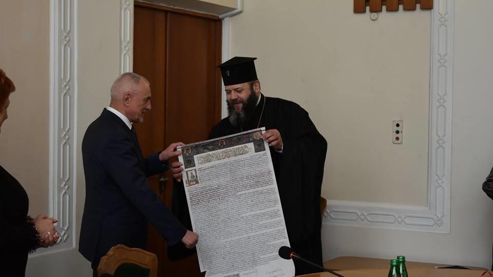 Савченку подарували копію Томосу. ФОТО