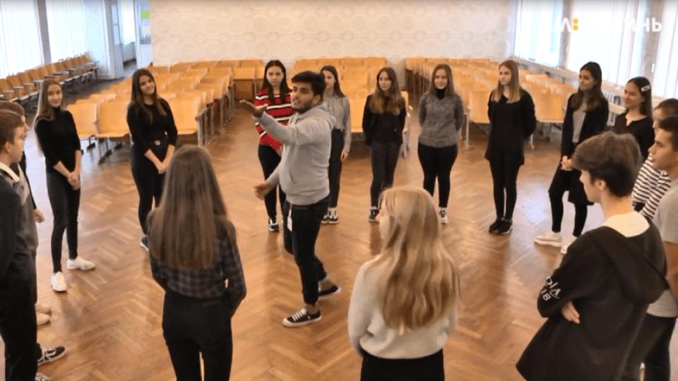 Танці на уроці. Волонтер з Індії оригінально навчає луцьких школярів англійської мови