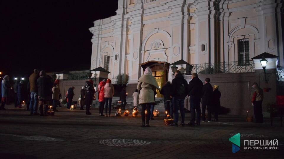Великодня ніч у Луцьку. Порожні храми та віряни в масках. Фоторепортаж