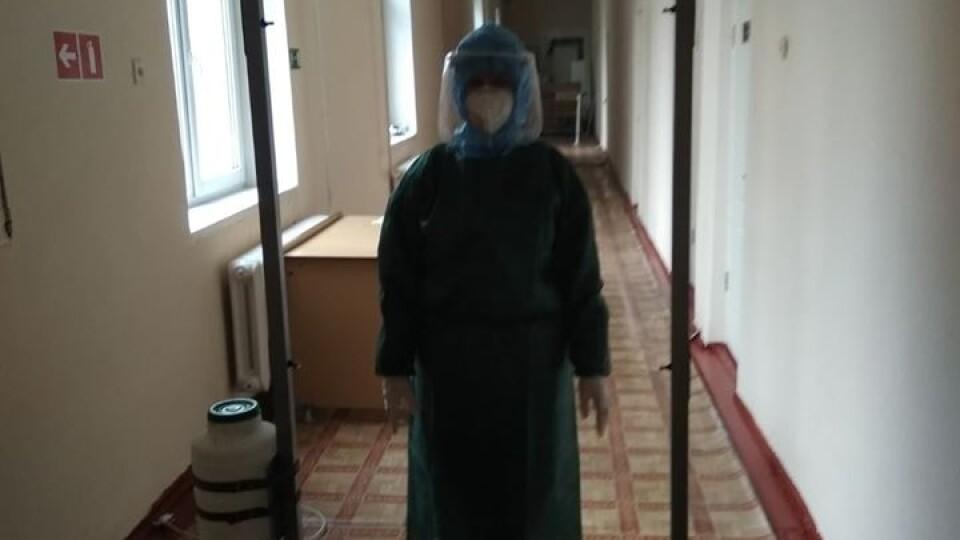 Любомльська лікарня за власні кошти придбала дві дезінфекційні рамки для працівників