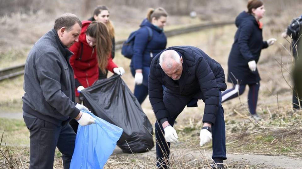 Губернатор Савченко збирав сміття у центрі Луцька. ФОТО