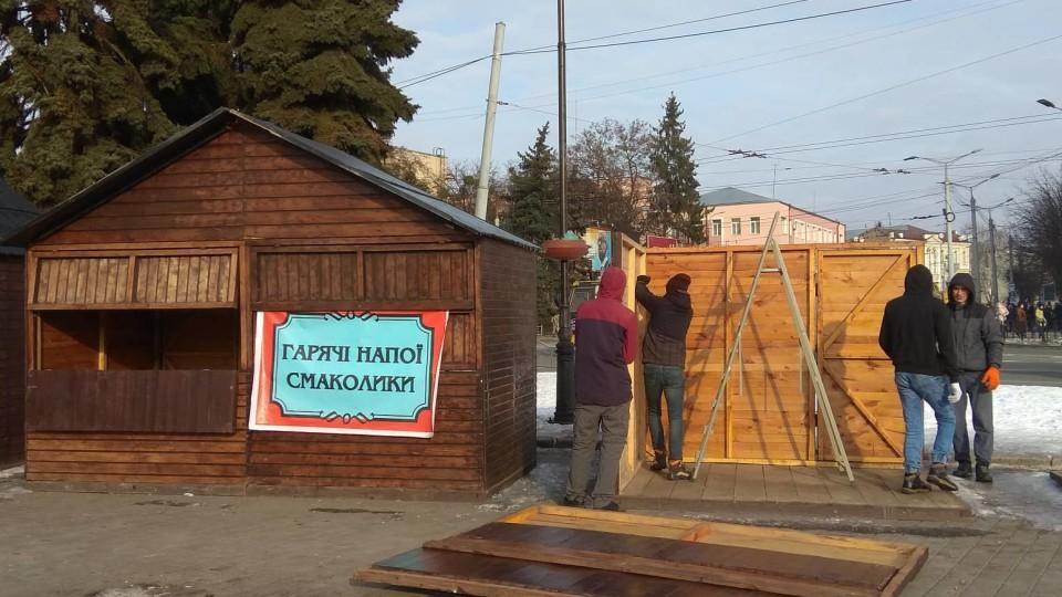 У центрі Луцька розбирають  будиночки новорічно-різдвяного ярмарку. ФОТО