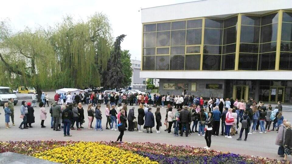 У центрі Луцька лікарі обстежують людей: безплатно оглядають родимки