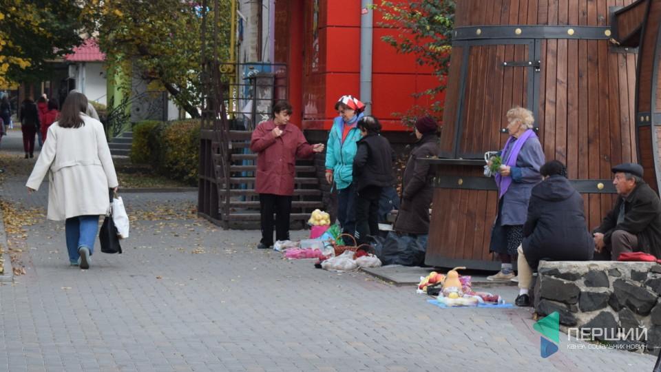 «Куди мені зі жменькою цибулі – і на базар!?» – продавчиня на стихійному ринку у Луцьку. ФОТО