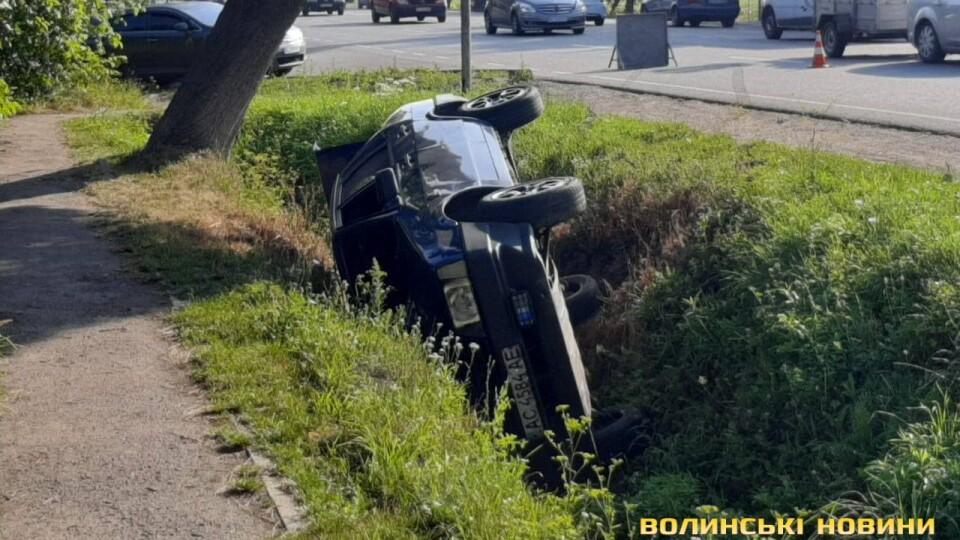 Поблизу Луцька автомобіль злетів у кювет і перекинувся