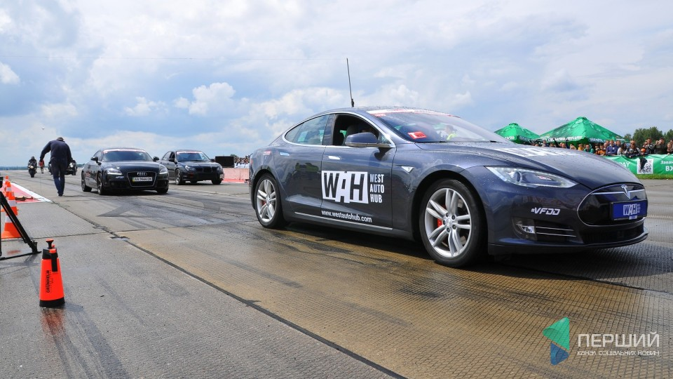 На змаганнях з дрег-рейсингу в Луцьку «засвітився» електрокар Tesla. ФОТО