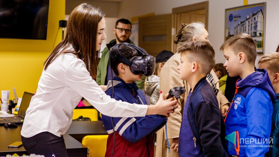 У тата на роботі: школярі побували на 3D-екскурсії «Інвестора»