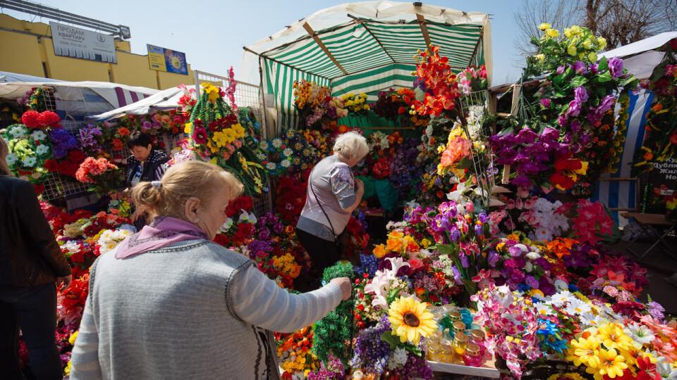 Пластик на могилах: що думають луцькі депутати про заборону