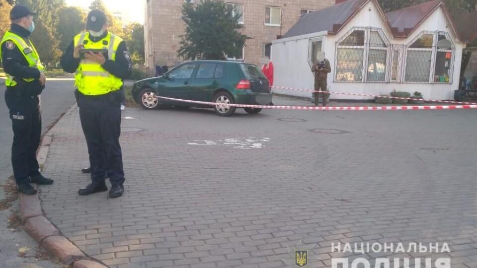 Чоловік, якого у Луцьку на зупинці збив легковик, перебуває в реанімації. Шукають свідків аварії
