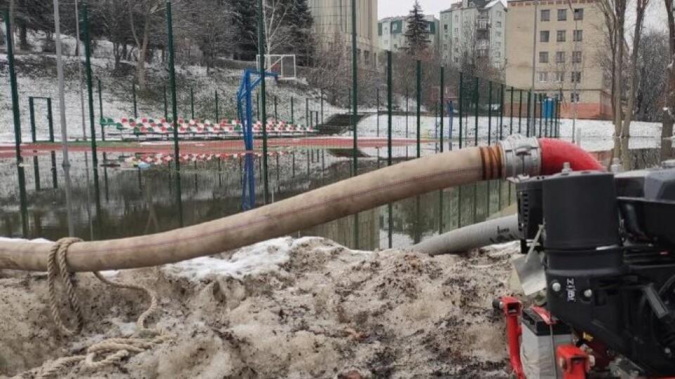 У Луцьку затопило новий спортивний майданчик. Рятувальники відкачують воду