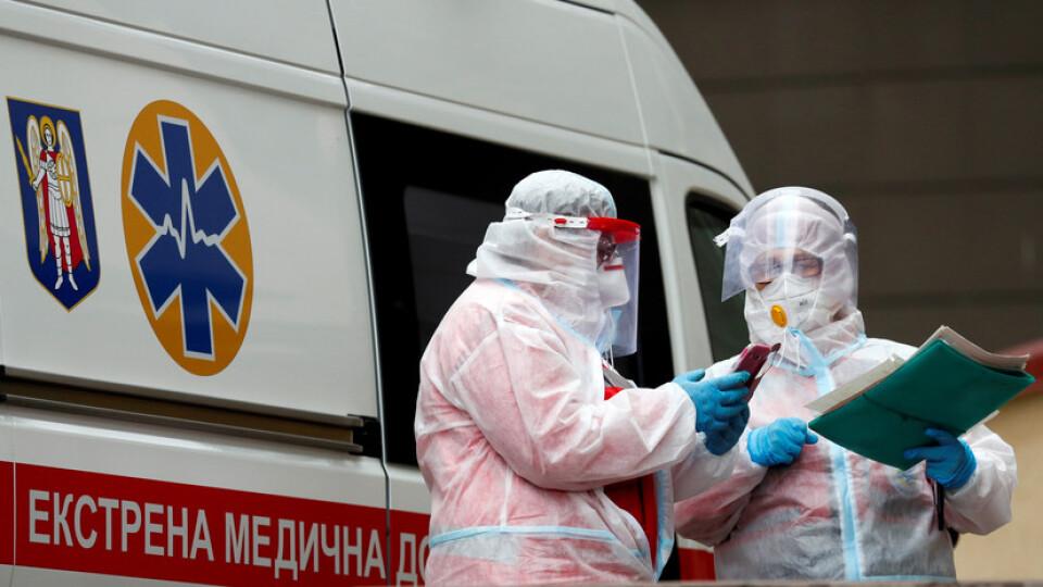 За добу коронавірус виявили майже у 12 тисяч українців. 203 людей померло