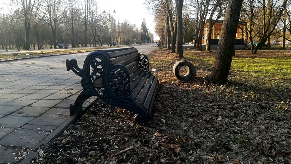 У луцькому парку вночі «погуляли» вандали: перекинули 7 лавок зі смітниками. ФОТО