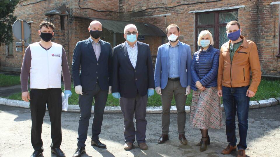 «Європейська Солідарність» привезла захисні костюми та окуляри в чотири волинські лікарні