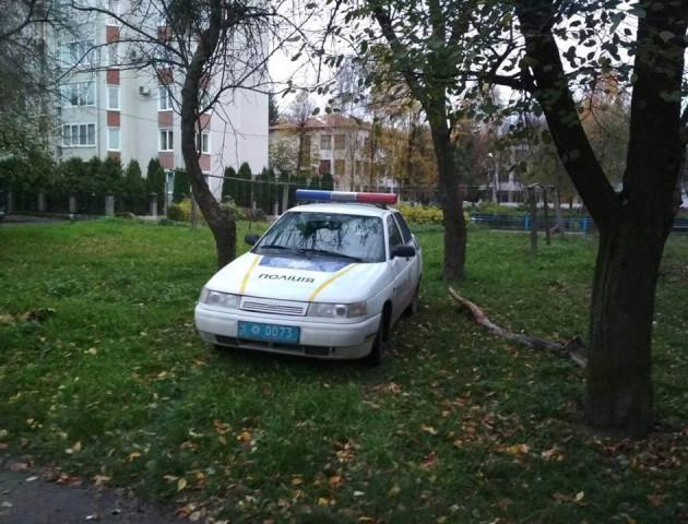 «Приклад водіям»: луцькі поліцейські припаркувалася прямо на газоні