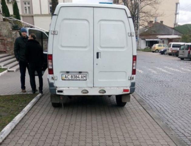 У Луцьку водій припаркував авто на тротуарі прямо біля міськради
