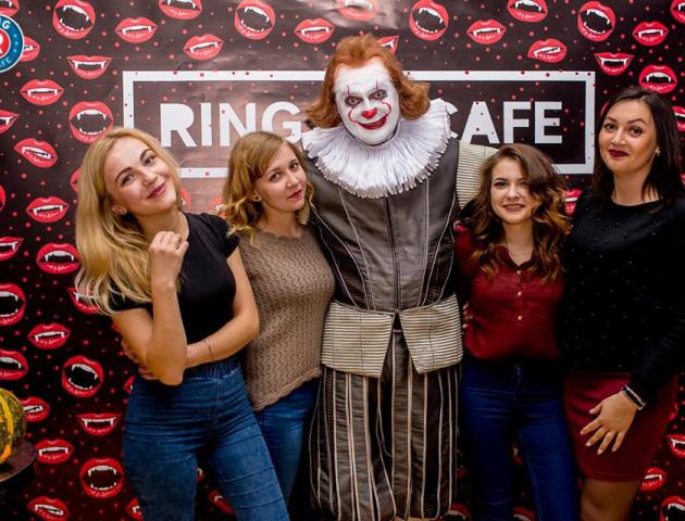 Страшний клоун, «кусючий» фотостенд та гарбузи. Як святкували Хеловін в Ring DJ Cafe