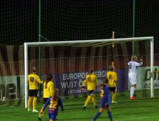 Як троє футболісток не зуміли забити гол у пусті ворота: епічне відео