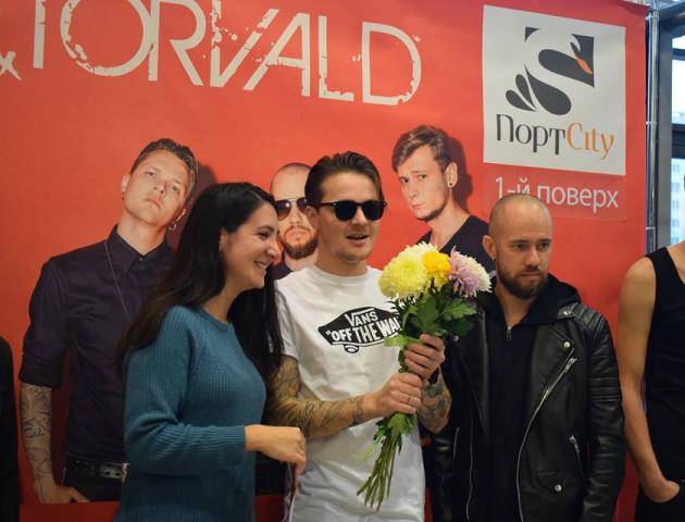 Квіти, обійми та численні селфі: як лучани зустрічали гурт O.Torvald. ФОТО