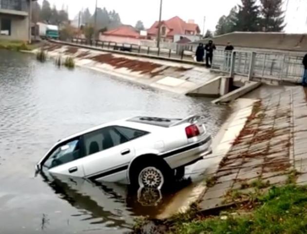 У Луцьку з Теремнівського ставка дістали втонуле авто. ВІДЕО