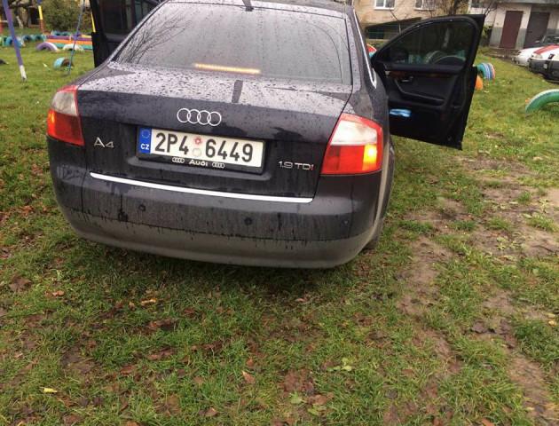 Муніципали зловили активіста, який припаркував своє акта на «бляхах» на дитячому майданчику