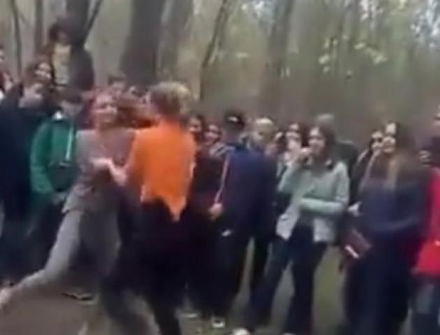 Бої без правил: дівчата-школярки влаштували жорстоку бійку