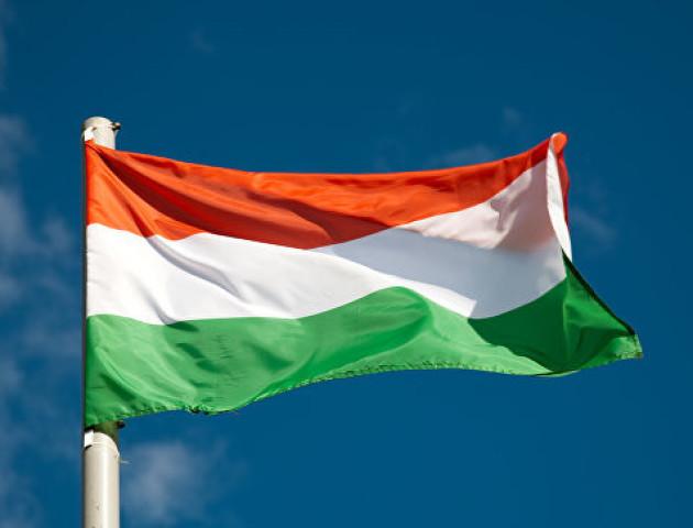 Угорщина зажадала негайно розслідувати інцидент із зірваними прапором