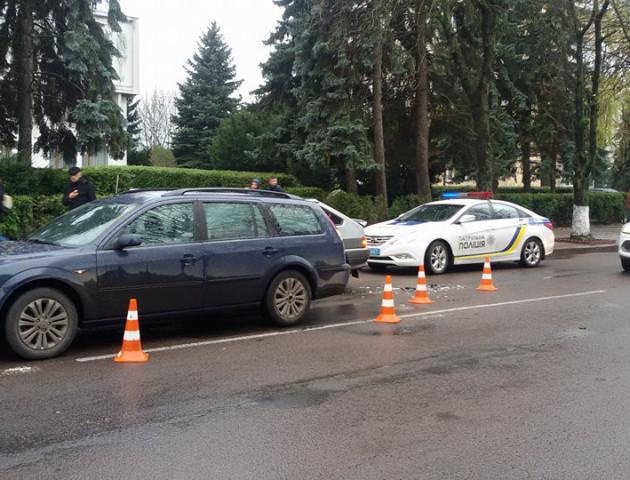 Поблизу педколеджу у Луцьку не розминулися дві автівки. ФОТО