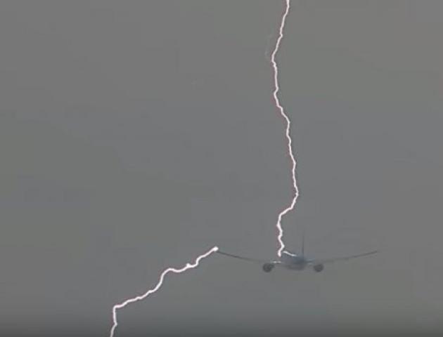 В мережі з'явилось відео, як блискавка влучила в пасажирський літак