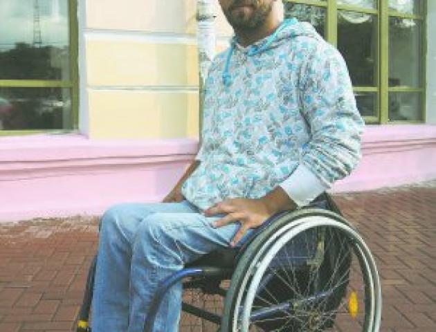 До Щацьких озер на Волині мандрівник на інвалідному візку доїхав автостопом