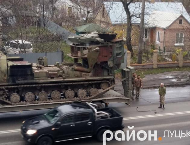 У Луцьку армійський тягач обірвав тролейбусну лінію. ФОТО