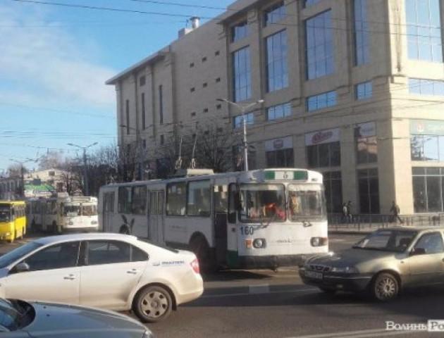 У Луцьку утворився затор із тролейбусів. ФОТО