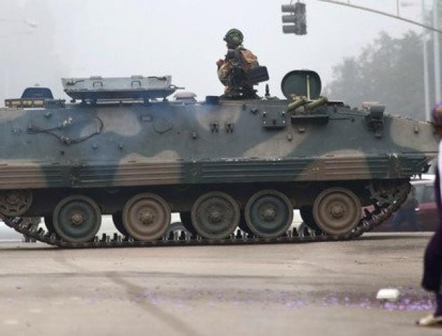 Танки на вулицях, арешт президента і заперечення перевороту: що відбувається в Зімбабве