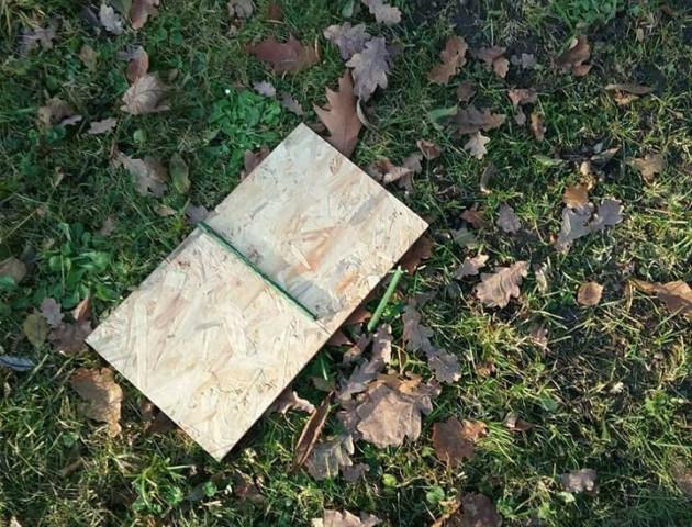 У Луцьку на меморіалі поламали таблички про заборону вигулу собак