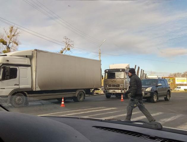 У Луцьку на Набережній зіткнулися дві вантажівки
