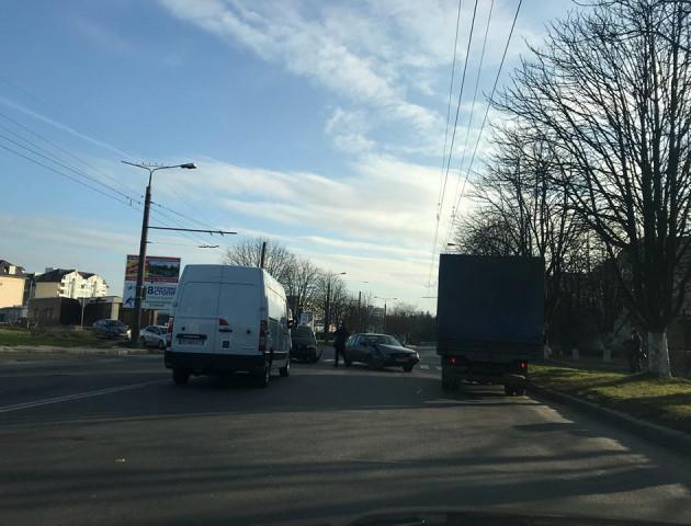 У Луцьку поблизу автозаправки не розминулися два легковики. ФОТО