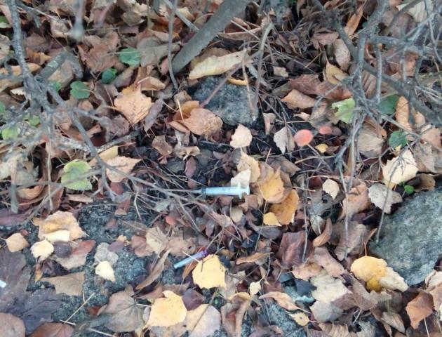 У Луцьку на Соборності знайшли розкидані використані шприци. ФОТО