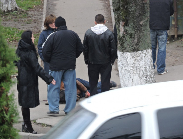 Медики госпіталізували чоловіка, який впав посеред вулиці на проспекті Перемоги