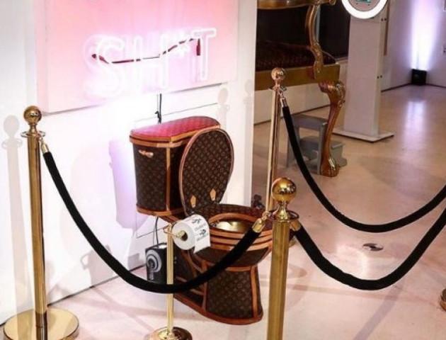 Американська художниця створила унітаз із сумок Louis Vuitton